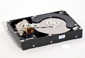 Samsung HD753LJ hard disk drive (750 GB storage capacity, date of manufacture: March 2008). Opened case.